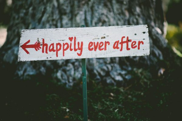 """Bilder bearbeiten nach der Hochzeit: Ein Schild mit den Worten """"Happily ever after"""" - damit alle glücklich & zufrieden sind"""