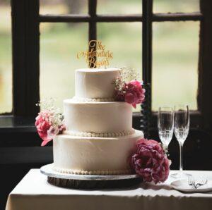 Hochzeitstorte mit Sektgläsern