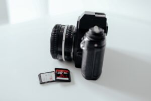 Hochzeitsbilder bearbeiten: Eine Foto-Kamera mit 2 SD-Karten