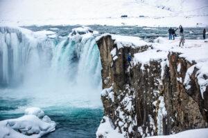 Drohnenaufnahme von einem Wasserfall in Island