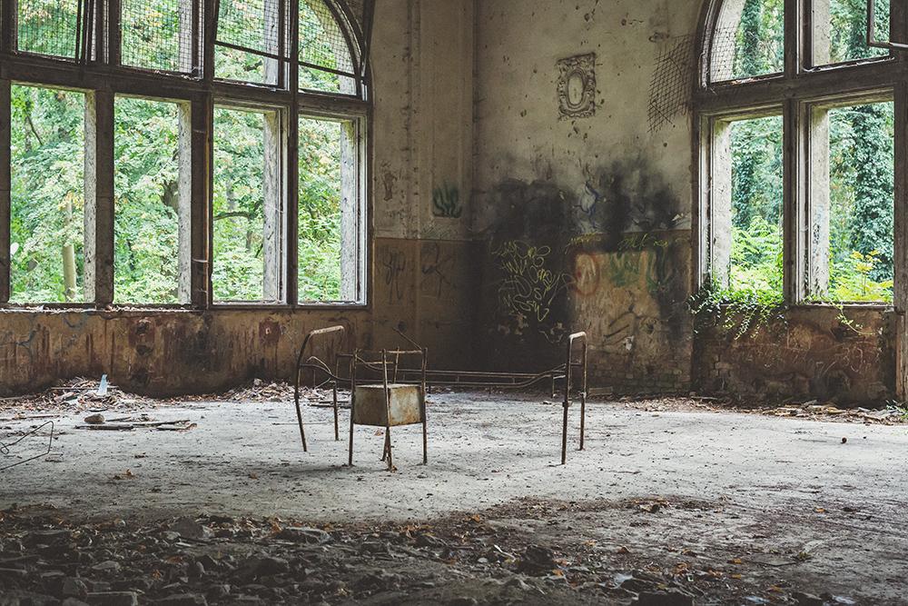 Großer Raum in verlassener Heilstätte in Berlin
