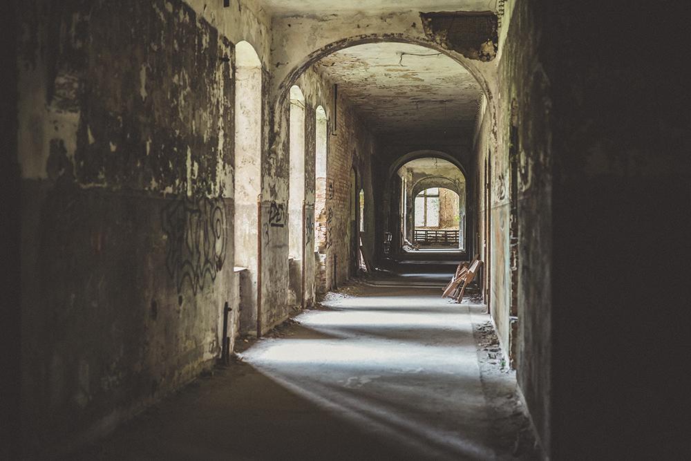Flur in verlassener Heilstätte
