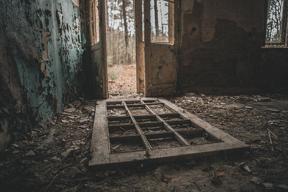 Urbexen: Altes Mauerwerk und kaputte Fenster