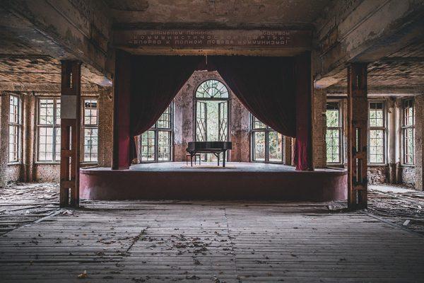 Urbexen: Klavier auf Bühne