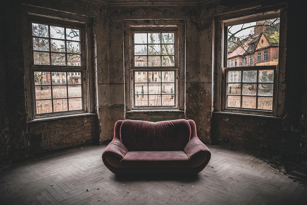 Urbexen in verlassener Klinik: Sofa mit Ausblick