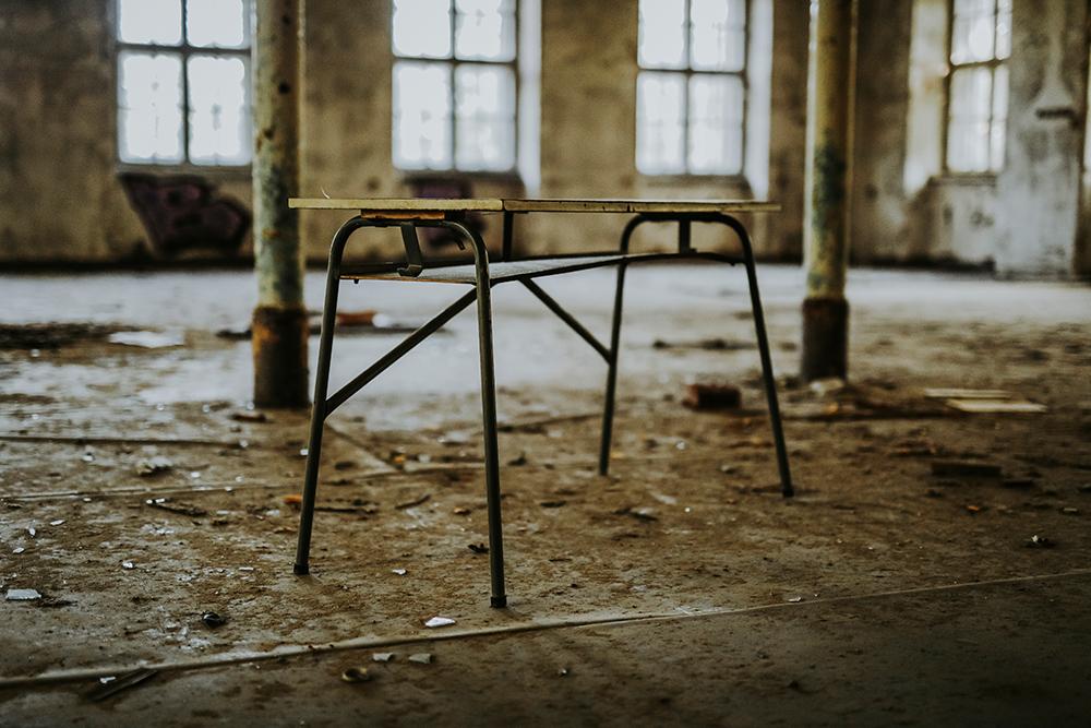 Tisch in verlassenem Kinderheim in Sachsen